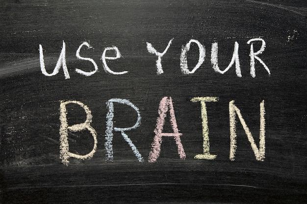 칠판에 손으로 쓴 뇌 문구 사용