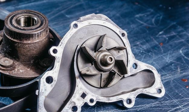 中古自動車部品、クーラントポンプ、ホイールハブ。車の修理のコンセプト。