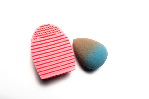Использованный синий блендер красоты и очиститель резины на белом фоне