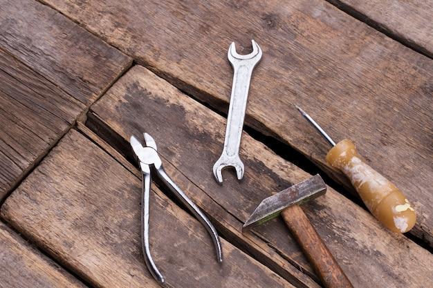 Строительные инструменты на старых деревянных досках