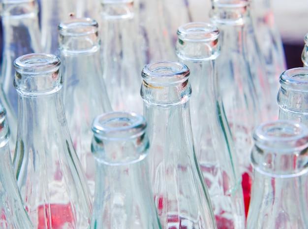 Использованные стеклянные бутылки.