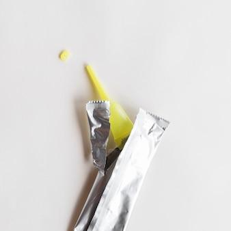 흰색 배경에 실버 패키지와 함께 인스턴트 접착제를 사용