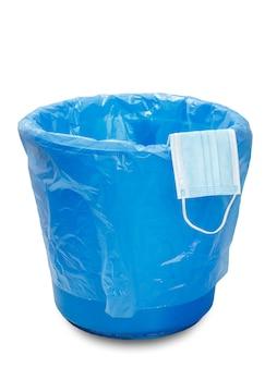 使用された医療用保護マスク。個別の保護手段を利用するためのゴミ箱