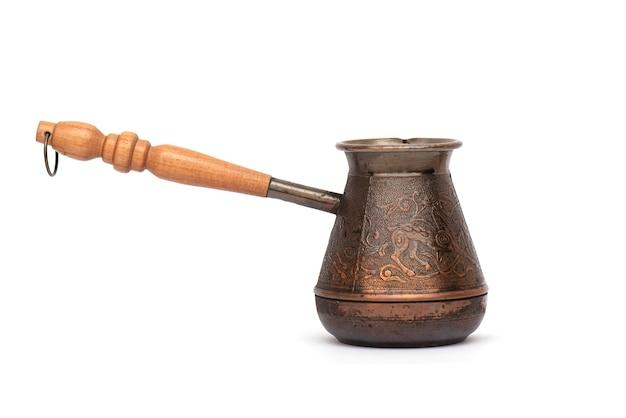 コーヒーに使用される金属トルコ、白で隔離される古い、ヴィンテージのトルコ