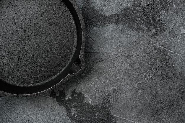 텍스트나 음식을 위한 복사 공간이 있는 오래된 빈 프라이팬 세트, 회색 석재 테이블 배경 위에 있는 평면도