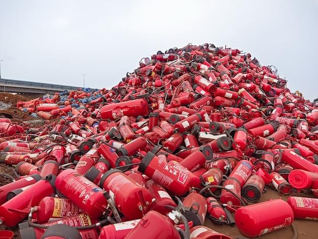 使用済みの古い消火器はリサイクルのために収集されます