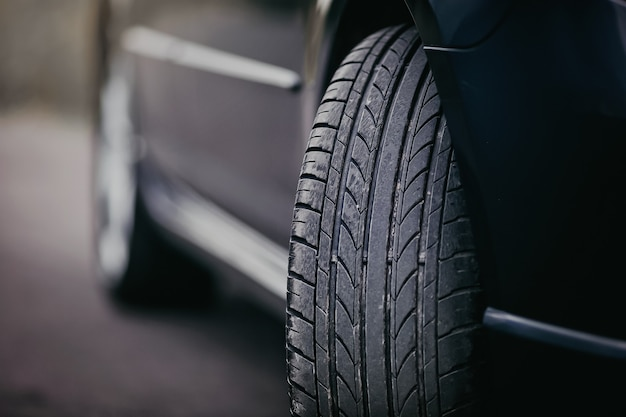 자동차에 사용된 여름 타이어를 닫습니다.