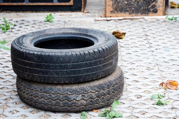 Использованные шины кладут на пол из кирпича.