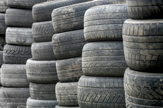 使用済みのホイールタイヤは、リサイクルできるように積み重ねられています。