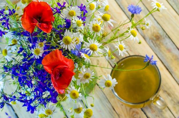 カップに入った便利で薬用のハーブティーと花