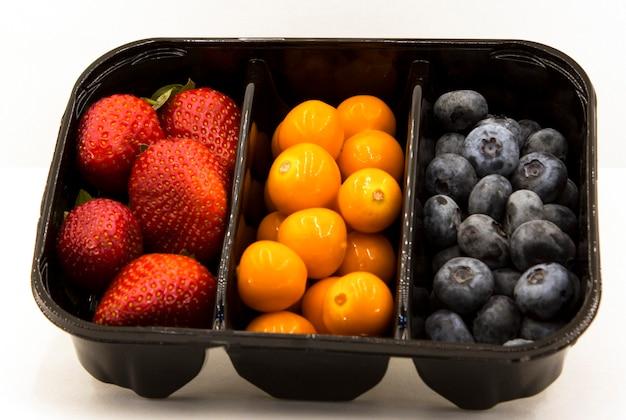 Полезные ягоды. клубника, черника и физалис. ягоды разного цвета
