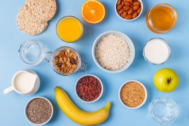 Полезный завтрак на голубом пастельном фоне