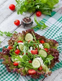 코티지 치즈, 허브 및 야채와 함께 유용한식이 샐러드