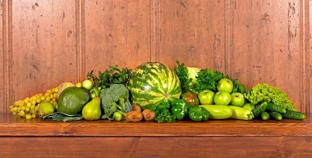 나무 배경에 유용한 녹색 야채입니다.