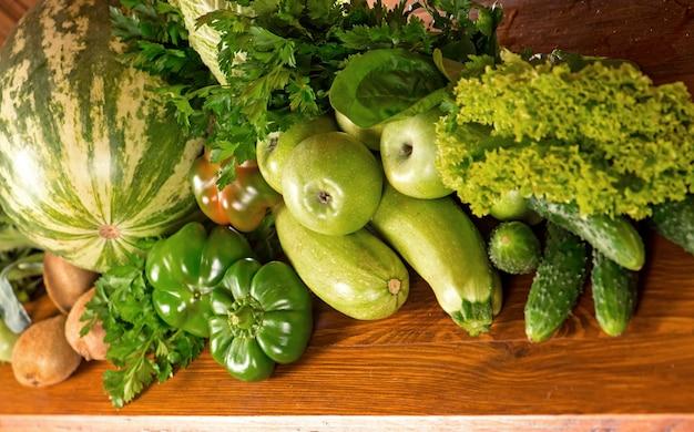 木の表面に役立つ緑の野菜