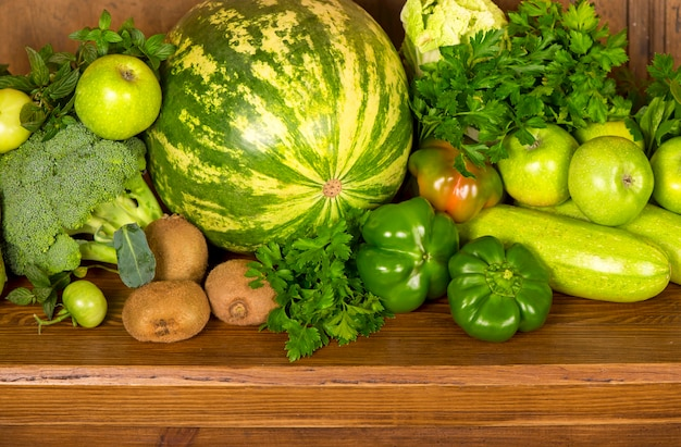 Полезные зеленые овощи на деревянной поверхности