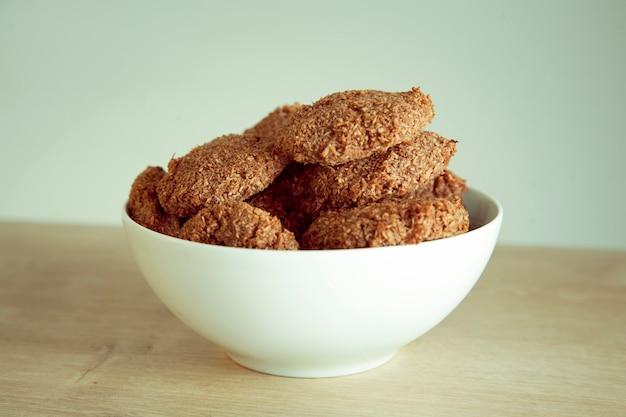 テーブルの上にある便利な自家製クッキー。