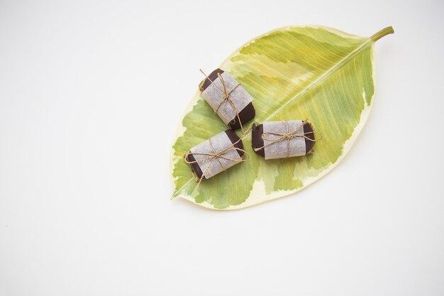 Полезные домашние сладости из разных видов орехов, декорированные крафт-бумагой