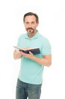 유용한 정보. 자기 교육. 가정 교육 및 자기 개선. 성인을 위한 교육. 자신감과 지능. 너무 늦은 공부란 없습니다. 남자 성숙한 수염된 보류 책 흰색 배경에 고립.