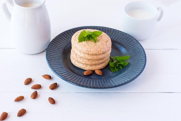 白い木製の背景にミルクとアーモンド粉からの便利な四旬節のクッキー。セレクティブフォーカス。