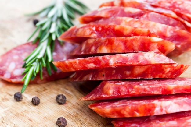 육류 생산 공장에서 만든 유용한 육류 제품, 신선한 녹색 허브와 향신료를 곁들인 얇게 썬 고기, 돼지 고기
