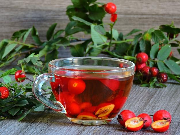 Полезен чай из шиповника в стеклянной чашке.