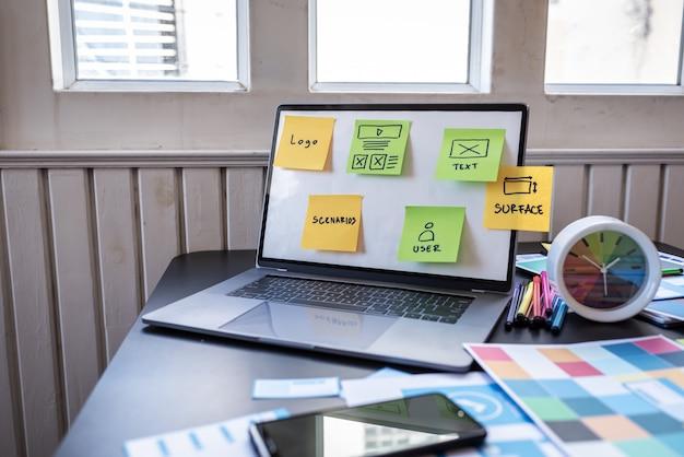 職場の近代的なオフィスでのユーザーエクスペリエンスオブジェクトデザインブラックデスクテーブル。