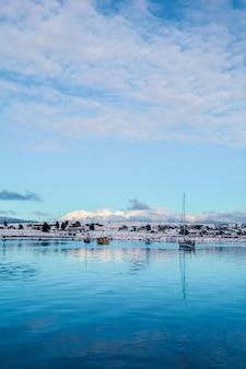 Взгляд ushuaia и гор в зиме.