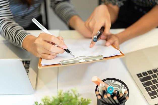 비즈니스 아이디어를 함께 논의하는 종이에 손가락을 가리키는 usinesswomen 브레인 스토밍