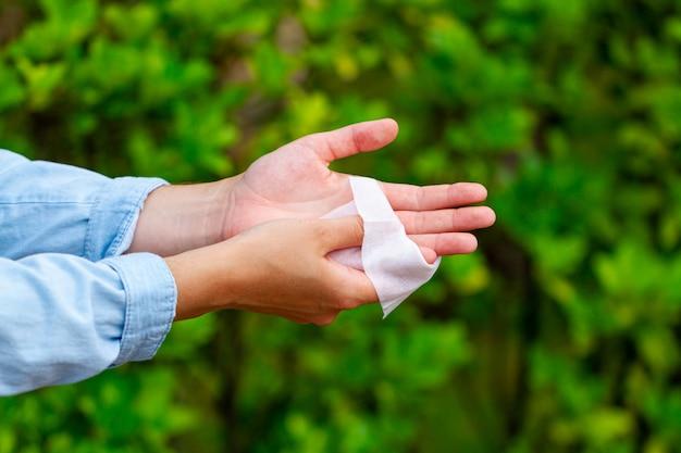 손 세척 및 소독을 위해 항균 물티슈 사용