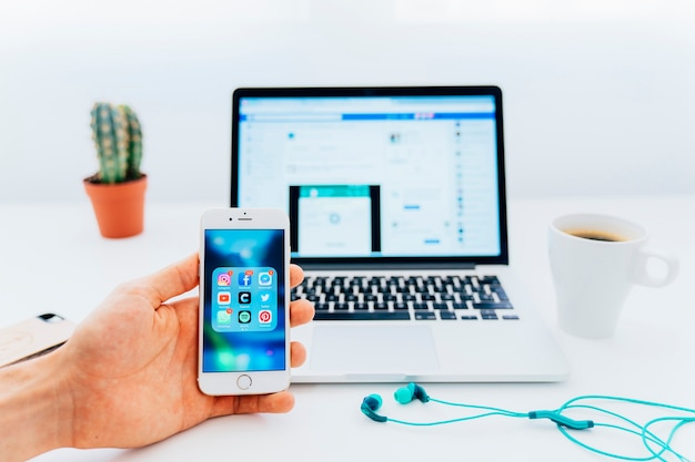 휴대 전화의 앱 및 랩톱의 페이스 북 사용