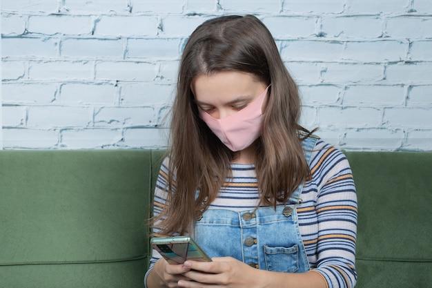 Utilizzando tecniche di prevenzione covid di base e prendendo selfie al telefono.