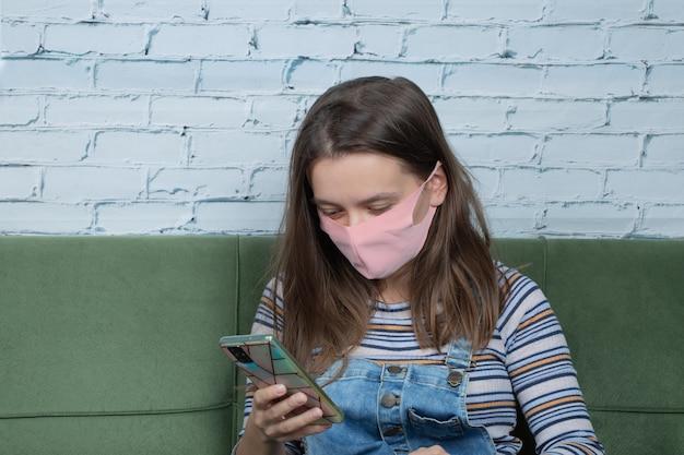 Utilizzo della maschera per il viso per evitare covid e scattare selfie