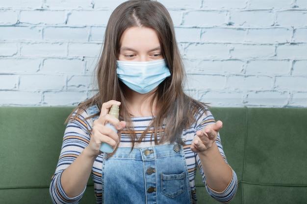 Utilizzo di una maschera per il viso per prevenire il virus covid