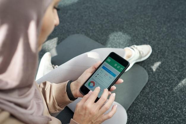 Использование фитнес-приложения на смартфоне