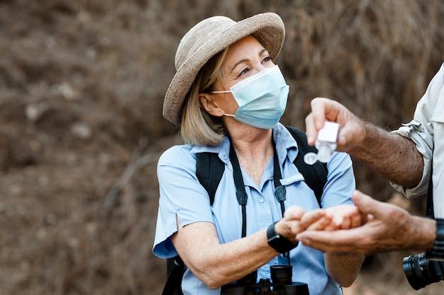 Usare il disinfettante per le mani mentre si viaggia nella nuova normalità