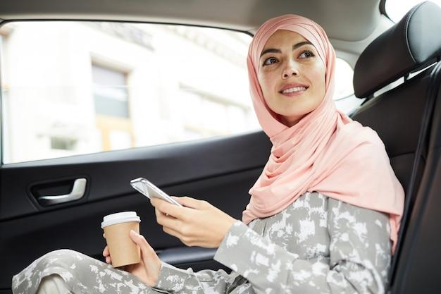 택시 타기 위해 모바일 앱 사용