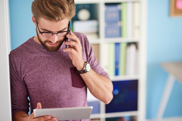 携帯電話とデジタルタブレットの使用