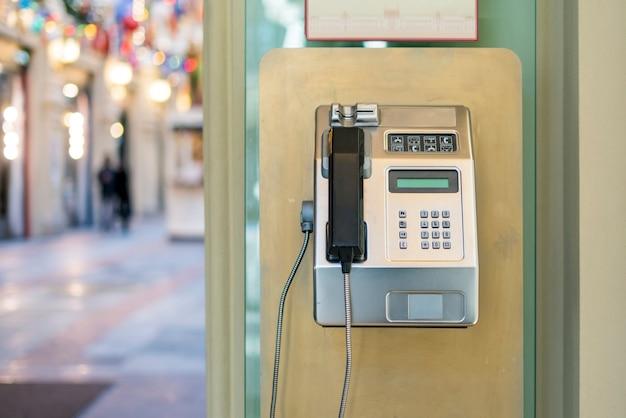 공중전화 사용. 거리의 오래된 공중전화 f