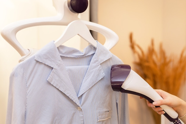 Глажка рубашки в прачечной с помощью горячего утюга