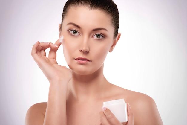 Использование крема на молодом лице