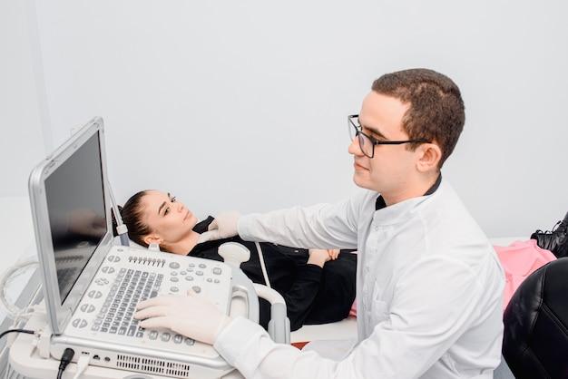 超音波を使用して甲状腺をチェックします