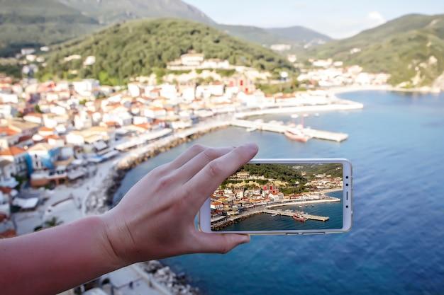 Использование смартфона в качестве мобильного телефона во время путешествий. порт туристического города на экране