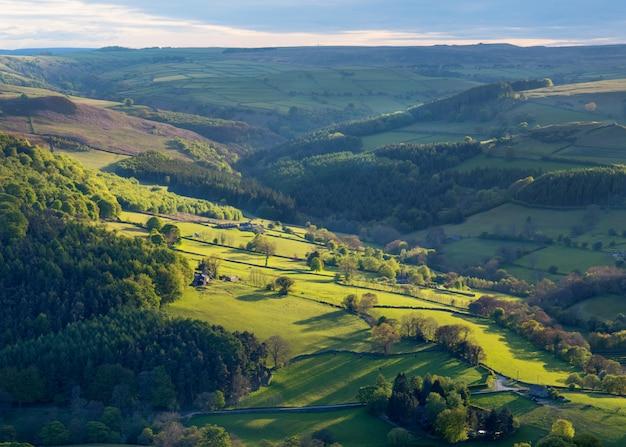 Обычный сельский пейзаж англии в йоркшире