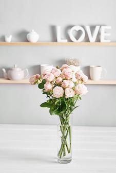 기구, 장미 꽃다발과 선반에 머그컵. 부엌 찬장에 요리.