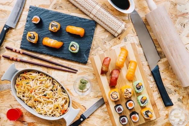 寿司と麺の近くの食器