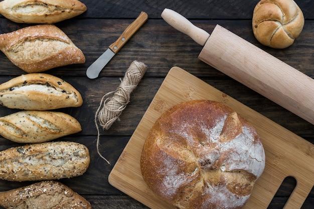 Utensili e corda vicino al pane