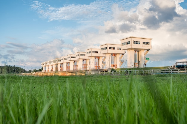 夕暮れ時の芝生の上の美しい建物utho wipat prasit floodgatesを構築します。