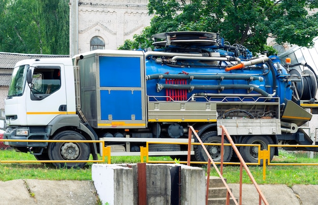 도시 폐수 탱크 근처의 도시 폐수를 청소하는 유틸리티 기계