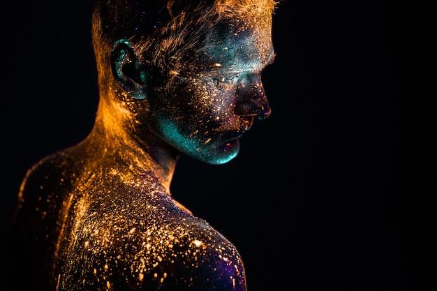 蛍光のuv色で描かれた男の肖像画。